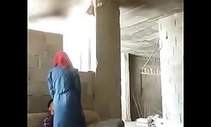 Pareja de aloofness India teniendo sexo en un lugar abandonado